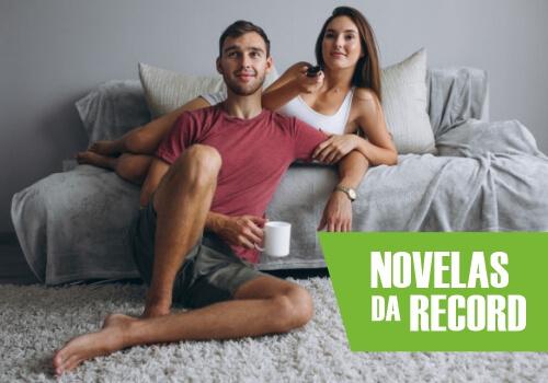Casal conferindo novelas da Record
