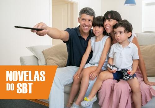 Família vendo folhetins do SBT
